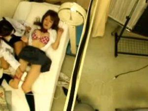 【盗撮レズ動画】制服姿の白ギャルJKがレズビアン女医に電マ責めで痴女られる姿を盗撮