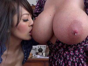 【AV女優レズ動画】爆乳セクシー女優のHitomiが白人美女と濃厚レズSEXで乳首を舐め合う