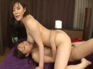 【熟女レズ動画】ペニバン履いた美熟女な巨乳レズビアン妻が騎乗位ハメで不倫SEX!