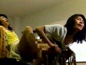【熟女レズ動画】真っ昼間からペニバンを装着した美熟女な団地妻が激しく不倫レズSEX