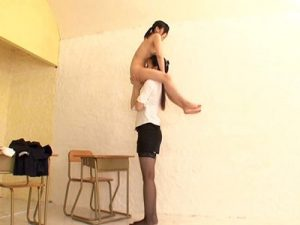 【クンニレズ動画】180cmを越える長身の美人女教師が低身長なロリJCの教え子を駅弁クンニ!