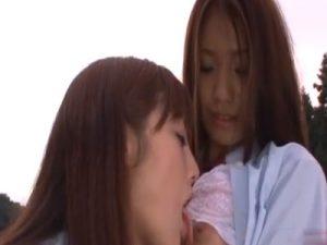 【キスレズ動画】制服姿の白ギャルJKは青姦でディープキスを交わし巨乳な乳首を舐め合う