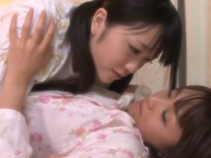 【姉妹レズ動画】ボーイッシュなお姉ちゃんに欲情したツインテのロリJKが夜這いでレズキス