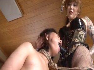 【SMレズ動画】刺青だらけの強面女王様がドMな熟女レズビアンをペニバンでイラマチオ調教