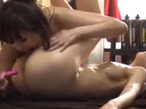 【アナルレズ動画】オイルエステでレズビアンの痴女マッサージ師にアナル開発される美人CA
