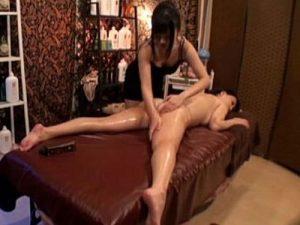 【盗撮レズ動画】マッサージ店で巨乳の若妻が媚薬ローションを塗られ指マン責めで犯される