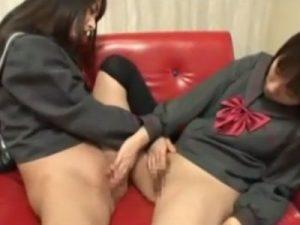 【手マンレズ動画】ニーハイソックス履いた制服JCの幼女がパイパンマンコを手マンで愛撫する