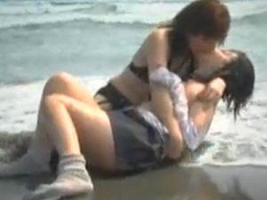 【青姦レズ動画】海辺で制服姿の美少女JKがスレンダーな女王様と青姦調教プレイを楽しむ