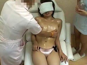 【マッサージレズ動画】貧乳JDに媚薬ローションを塗り乳首責めや激しい手マンと3Pレイプ