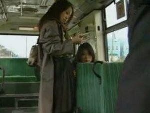【痴漢レズ動画】バス車内でレズビアンな痴女がオマンコを晒しノンケ娘に痴漢プレイを強要
