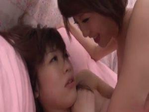 【素人レズ動画】巨乳のちょいポチャな素人ギャルをカーSEXで痴女るレズビアンお姉さん